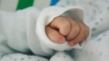 Nietrzeźwa babcia usypiała wnuczka... suszarką. Poparzone niemowlę chłodziła później na dworze
