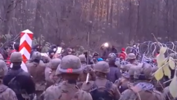 """Polscy żołnierze zaatakowani na granicy. """"Jeden został uderzony  kamieniem, drugi gałęzią"""" [WIDEO]"""